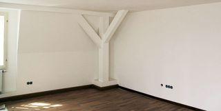 Renoviertes Gebäude mit Vorsatzschalen und Stützbalken