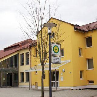 Außenansicht der Grundschule in Vilsheim