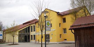 Das Grundschul-Gebäude in Vilsheim von außen