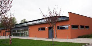 Außenansicht der Turnhalle der Bundespolizei Deggendorf