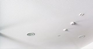 Hochwertig installierte Akustik- und Brandschutzdecke