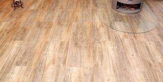 Hochwertiger Vinylboden mit Kamin in einem Wohnzimmer
