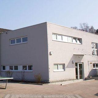 Das Gelände und das Gebäude um die Sporthalle in Aidenbach