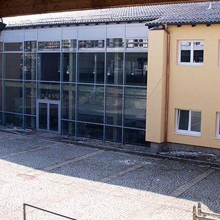 Das Gebäude der Hauptschule Aidenbach von außen