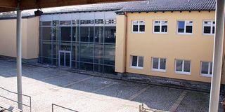 Außenansicht der Hauptschule in Aidenbach