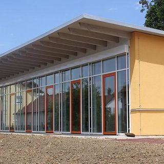 Modernes Gebäude von Außen – der Kindergarten in Wörth an der Donau
