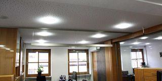 Mineralfaserdecke mit Beleuchtung in einem Büro