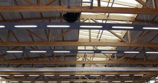 Eine große Lagerhalle mit Holzdecke